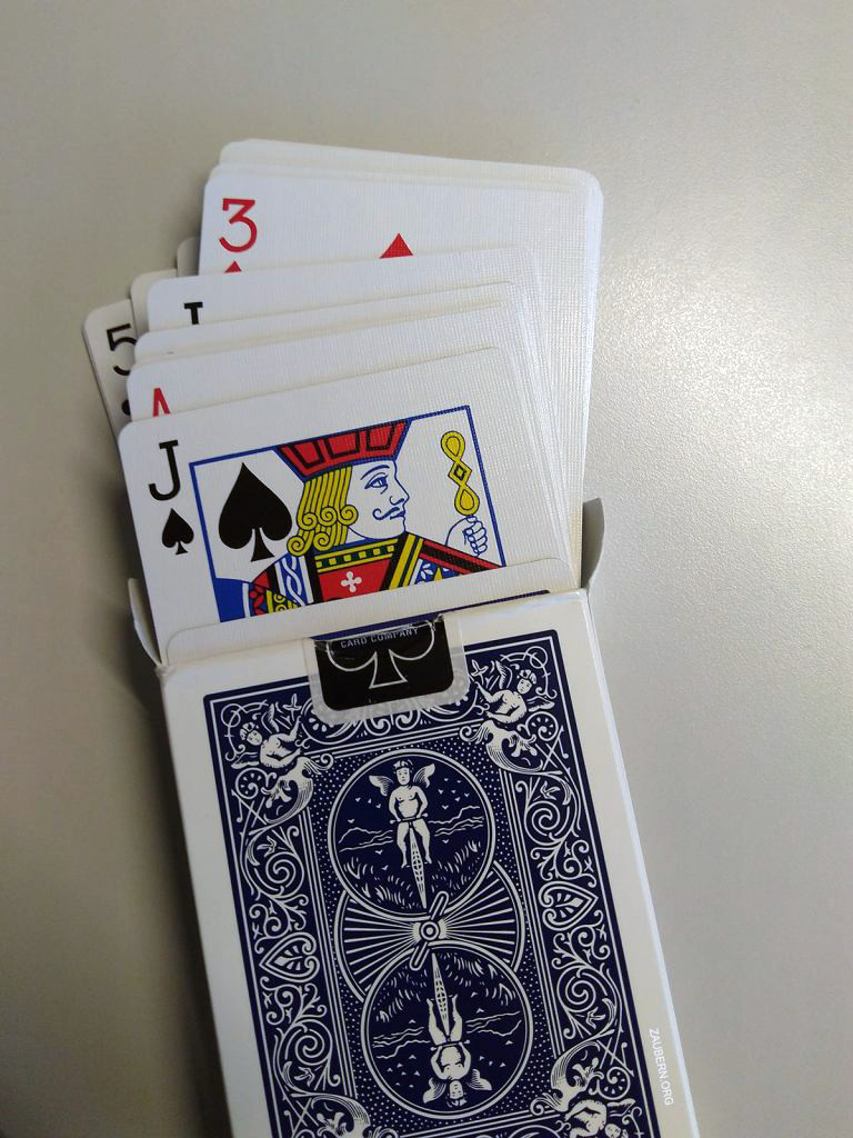 Ein blaues Kartendeck von der Firma Bicycle zum lernen von Kartentricks